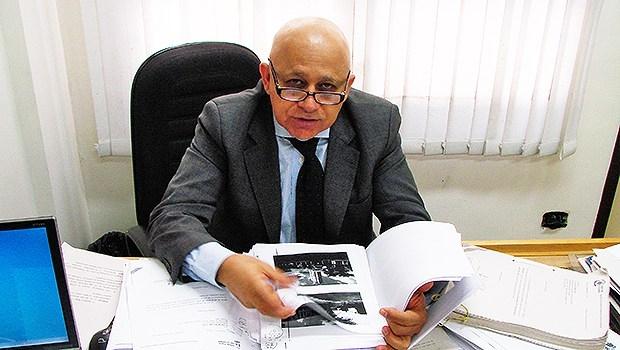 Vereador Djalma Araújo com estudos do empreendimento em obras no Setor Oeste