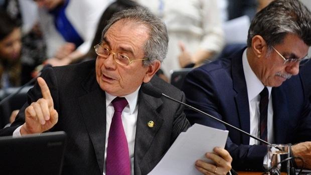 Raimundo Lira (à esq.) sugeriu alternativa que poderia levar o fim da reeleição à promulgação imediata, mas Jucá propõe tratar o tema em uma PEC exclusiva | Foto: Edilson Rodrigues/ Agência Senado