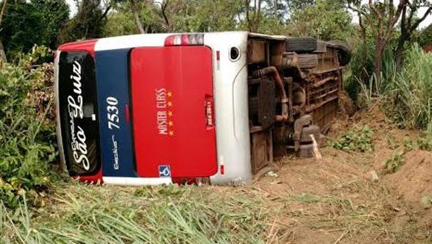 Ônibus capota e deixa oito feridos em Mineiros