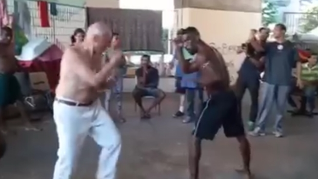 """Sem camisa, Suplicy """"luta"""" boxe com morador de rua"""