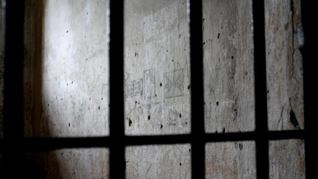 De acordo com denúncia, presos teriam sido retirados das celas e foram agredidos pelos agentes e policial militar com socos, chutes, pedaço de pau, cassetete e spray de pimenta, além de serem ameaçados | Foto: Reprodução