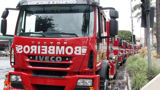 Corpo de Bombeiros recebe seis caminhões de combate a incêndio