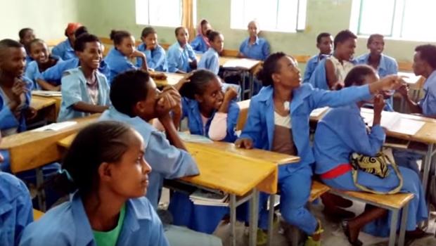 Voluntário usa música do Nirvana para ensinar inglês a jovens na Etiópia