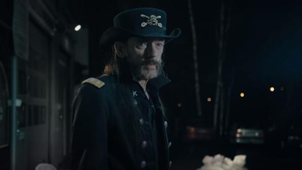 Em comercial de leite, Lemmy diz que nunca beberia o produto | Foto: Reprodução