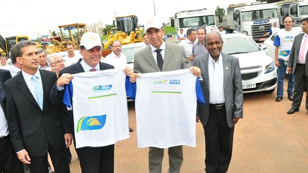 Governador Marconi Perillo (PSDB) e o vice-governador (PSDB) apresentaram máquinas que serão usadas no programa | Foto: Walter Alves