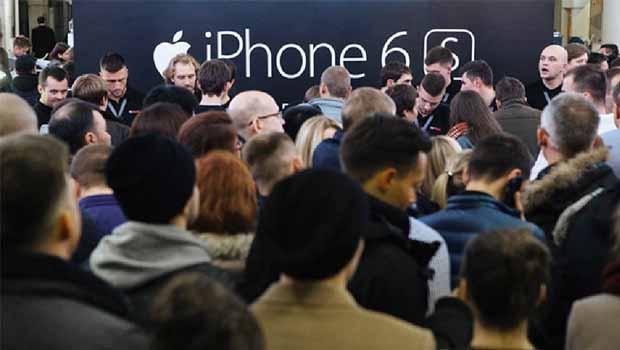 Consumidores fazem fila à espera de abertura de loja da Apple para comprar o último modelo de iPhone