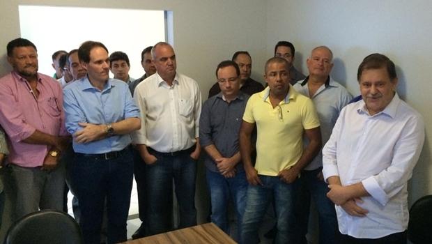 Prefeito Juraci Martins (dir.) discursa durante reunião com o deputado estadual Lissauer Vieira (de azul)