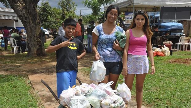 Família sai satisfeita com o resultado de sua participação no programa Troca Sustentável, do governo de Trindade   Foto: Divulgação