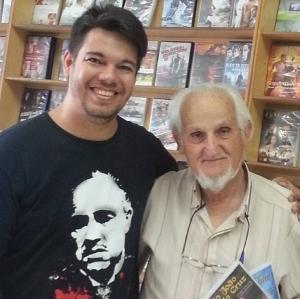Na foto, Mazukielves, sócio proprietário e o funcionário mais antigo da Cara Filmes, ao lado do fundador da locadora, Sérgio