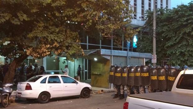 PM sai ferido de protesto no Centro de Goiânia