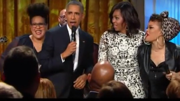 Ao lado de Demi Lovato e Usher, Barack Obama solta a voz em tributo a cantor