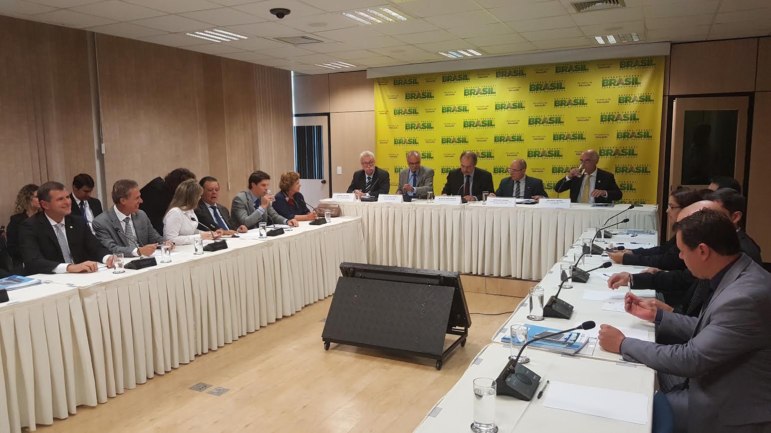 Ministro e bancada goiana discutem criação de duas novas universidades federais em Goiás