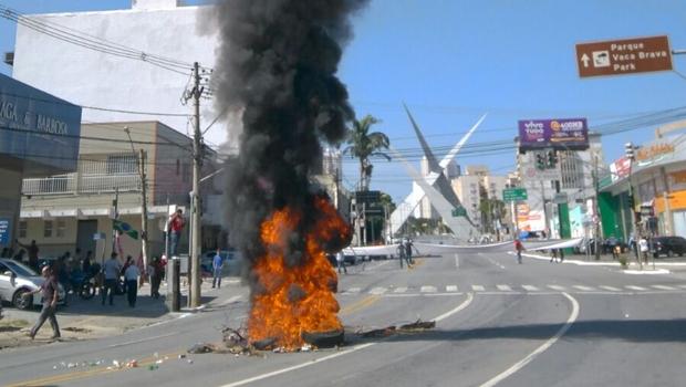 Protesto acaba em vandalismo e queima de pneus na Av. 85