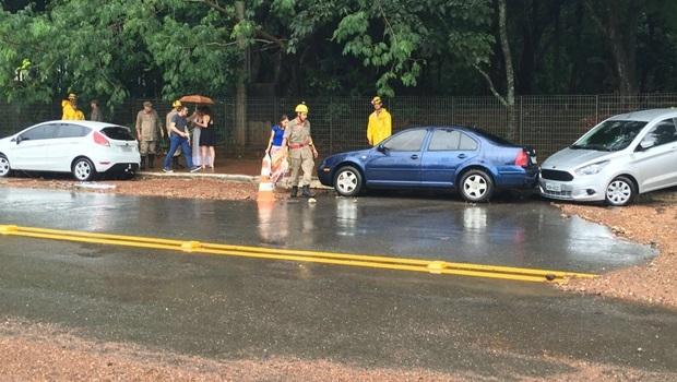 Rua está interditada para que bombeiros possam trabalhar | Foto: Marcelo Gouveia/ Jornal Opção