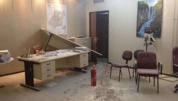 Encapuzados invadem sede da Seduce e depredam prédio