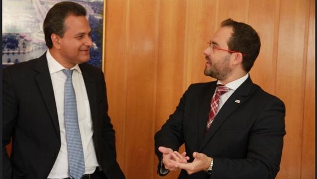 Diretor superintendente do Sebrae GO, Igor Montenegro e o presidente da OAB GO, Lúcio Flávio, durante assinatura de convênio | Foto: Leoiran / assessoria OAB-GO