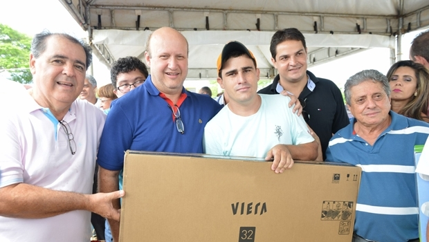 Prefeito Rogério Troncoso (PTB) e o deputado federal Célio Silveira (PSDB) entregam brindes na cidade