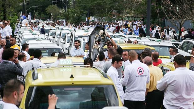 Com queda de 50% nas corridas, taxistas rejeitam regulação do Uber em Goiânia