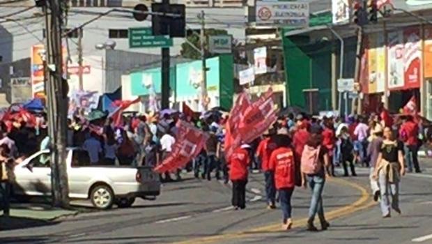 600 pessoas protestam em frente à sede da Acieg, no setor Oeste | Foto: Assessoria/PM
