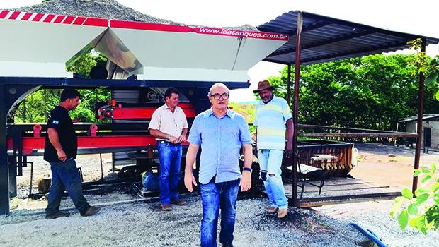Prefeito Jânio Darrot, na usina móvel de asfalto: compromisso de manter o ritmo de ações e melhorar o que está deficitário | Foto: Iris Roberto
