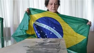 Dona Heloísa mostra fotografia de seu marido ao lado de JK