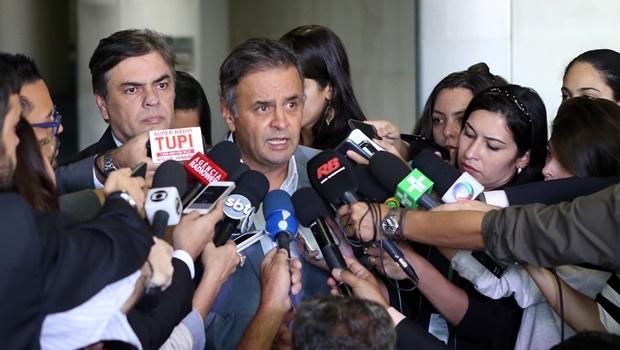 O senador Aécio Neves lê nota em que partidos de oposição reafirmam apoio à Lava Jato e anunciam obstrução na Câmara para pressionar pela instalação da comissão do impeachment | Foto: George Gianni/ PSDB