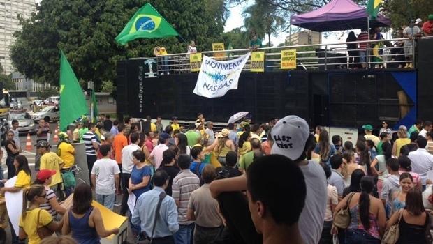 Manifestantes pró-impeachment foram para as ruas mesmo com ato a favor do governo federal marcado para o mesmo dia   Foto: Acieg
