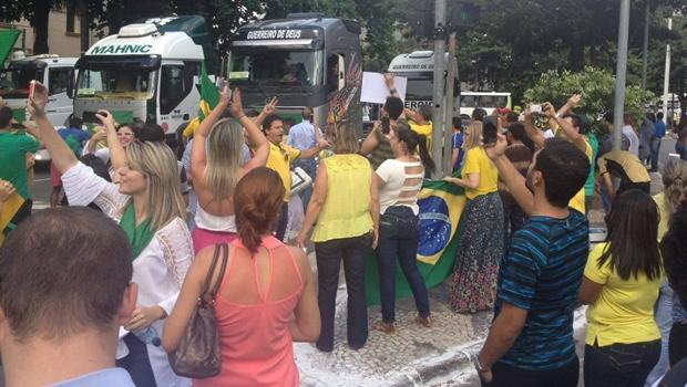 Manifestação pró-impeachment é encerrada na Praça Cívica