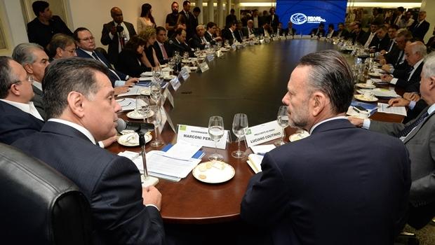 Governador Marconi Perillo (PSDB) e Luciano Coutinho, do BNDES, conversam durante reunião do Fórum Brasil Central em Goiânia   Foto: Wagnas Cabral