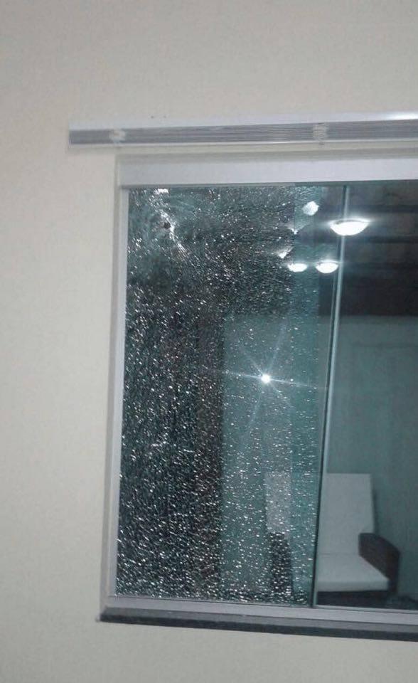 Misael Oliveira tiros na janela de sua casa 12721999_840587706063680_921821949_n