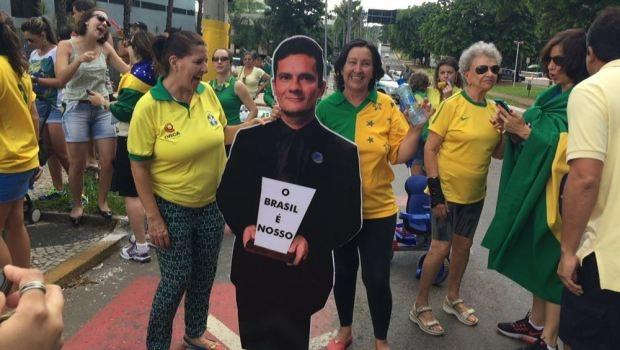 """Entre os manifestantes, foto do juiz federal Sérgio Moro segurando um cartaz com a frase """"o Brasil é nosso"""" fez sucesso e muita gente tirou foto abraçada com a imagem do magistrado   Foto: Alexandre Parrode"""