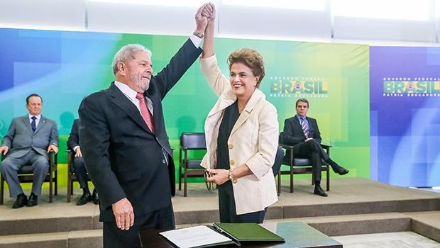 Lula da Silva e Dilma Rousseff: os petistas são políticos siameses — a queda de um pressupõe a queda do outro, por isso estão abraçados na luta pela sobrevivência, atacando as instituições e seus representantes | Foto: Roberto Stuckert Filho/PR