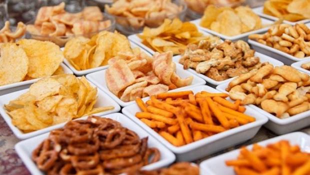 Projeto de lei proíbe comercialização de frituras, doces e refrigerantes em escolas de Goiás