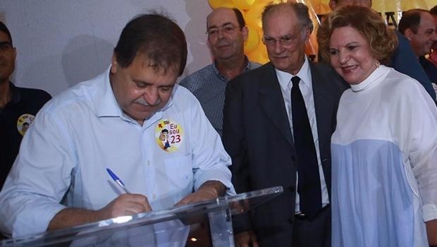 Prefeito de Rio Verde, Juraci Martins assina ficha de filiação | Foto: Sérgio William