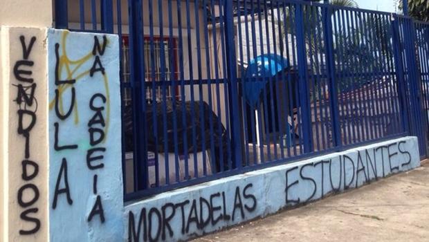 "Grupo vandaliza e picha ""Lula na cadeia"" na sede da UNE"