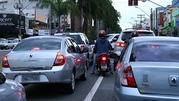 """Trânsito engarrafado da capital na Avenida 85: a via já passou por várias intervenções, sem sucesso. Como ficará então """"carregando"""" um Nexus às margens?"""