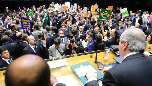 Início da sessão na Câmara é marcado por tumulto