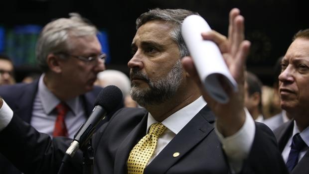 Deputado federal Paulo Pimenta (PT) foi o primeiro da base governista a admitir a quase consolidada derrota no plenário da Câmara neste domingo (17/4) | Foto:  Thyago Marcel/Câmara dos Deputados