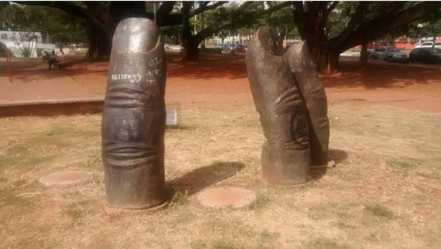 """Vândalos roubam """"dedos"""" de escultura na Praça Universitária"""