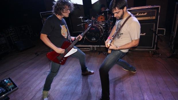 Trio goianiense lançou seu primeiro disco de estúdio, que ganhou o nome Cafeína | Foto: Divulgação