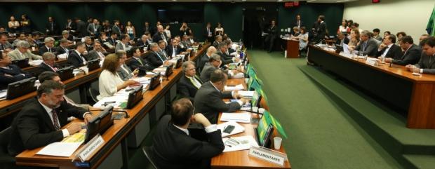 Reunião da comissão especial do impeachment começou na terça-feira e só terminou no sábado    Foto: Lula Marques/ Agência PT