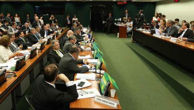 Em debate de 13 horas, 39 deputados se posicionaram favoráveis ao impeachment