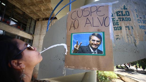 """Estudantes da UnB promovem """"cuspe ao alvo"""" com foto de Jair Bolsonaro"""