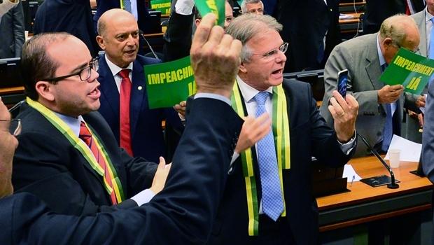 Deputado Fábio Sousa (à esq.) durante a Comissão do Impeachment   Foto: Zeca Ribeiro/ Agência Câmara