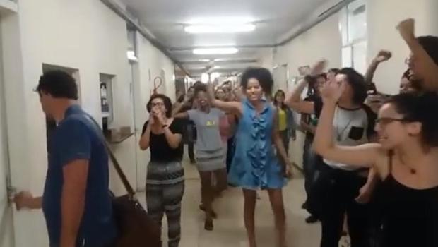 """Sob vaias e gritos de """"racista"""", professor da UFG é obrigado a deixar prédio da universidade"""