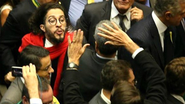 Após censura a Jean Wyllys, Conselho de Ética absolve filho de Bolsonaro por cuspe
