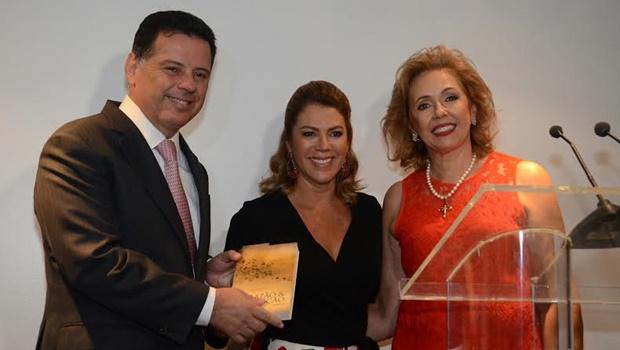 Marconi e Valéria Perillo participam do lançamento do livro de Alba Dayrell