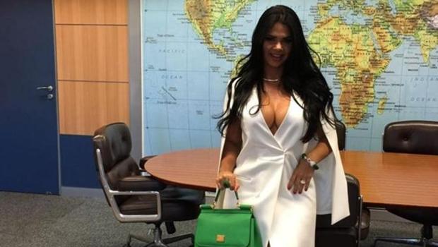 Mulher do novo ministro do Turismo, ex-Miss Bumbum causa polêmica nas redes