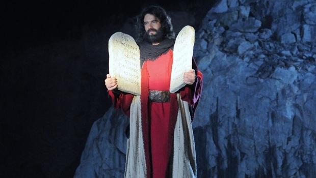 Moisés segura as tábuas com os 10 mandamentos | Foto: Reprodução