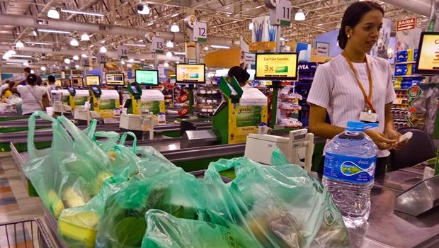 Aprovada lei que obriga supermercados a oferecer serviço de empacotador em Goiás